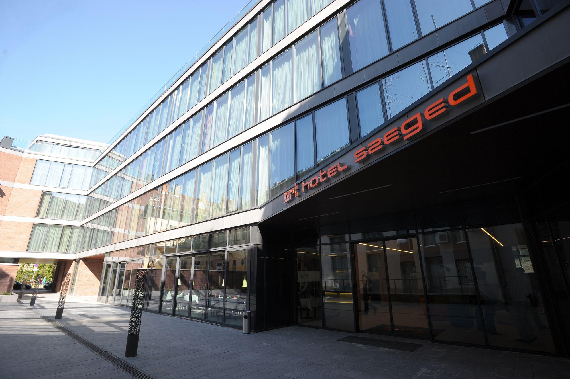 Art Hotel Szeged - Főbejárat 03